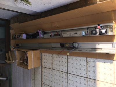 左側撤去した自動ドア装置右側新しい自動ドア装置