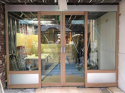 フロントサッシ&自動ドア施工完了(正面)