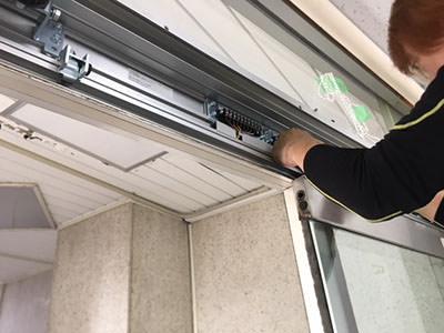 自動ドア装置施工中